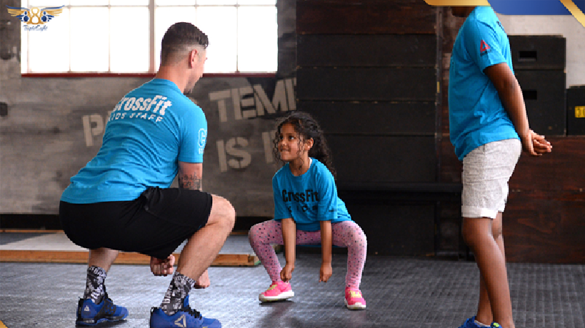 ورزش در سنین 6 تا 9 سالگی در این سنین کودکان از لحاظ توانایی های ذهنی بالغ تر شده اند و مفاهیمی چون قدرت سرعت مسافت و ... را بهتر درک میکنند و با جدیت بیشتری میتوانند مهارت های جسمانی را فرا بگیرند . در این سنین نیازی به حضور والدین در کنار کودکان نیست و کودکان با نظارت مربی فعالیت های ورزشی خود را انجام میدهند .