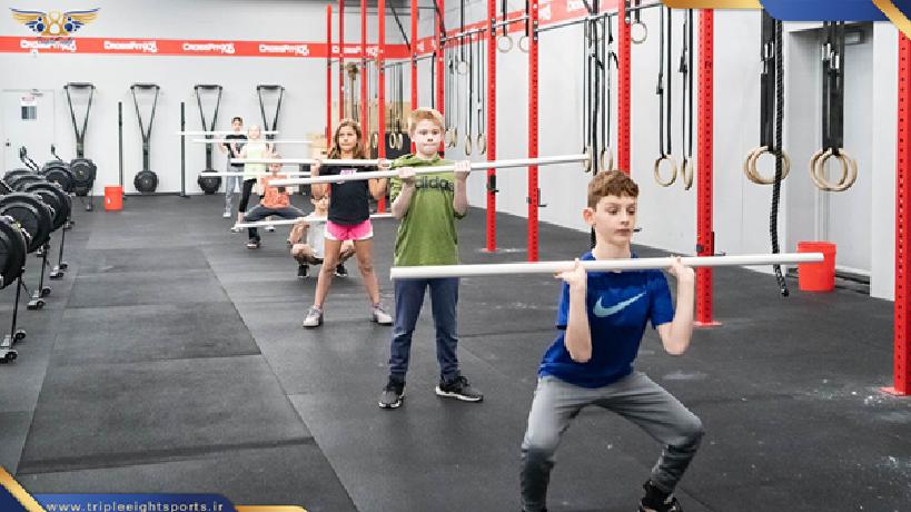 ورزش در سنین 10 تا 12 سال در این سنین مهارتهای بنیانی کودکان کامل شده است و در فاکتورهایی مثل تعادل و هماهنگی عصبی عضلانی عملکرد بهتری را خواهند داشت و به خوبی میتوانند تمرینات سخت تر و گاها رقابتی را انجام دهند و همچنان باید به این نکته توجه داشت که شدت و حجم تمرینات نباید مثل ورزشکاران بالغ باشد . در این سنین کودکان میتوانند تمرینات کراس فیت را جدی تر دنبال کنند و یا واد هایی با شدت متوسط با وزنه های متناسب خود انجام دهند . مدت زمان تمرین در این گروه سنی میتواند تا 1.5 ساعت باشد